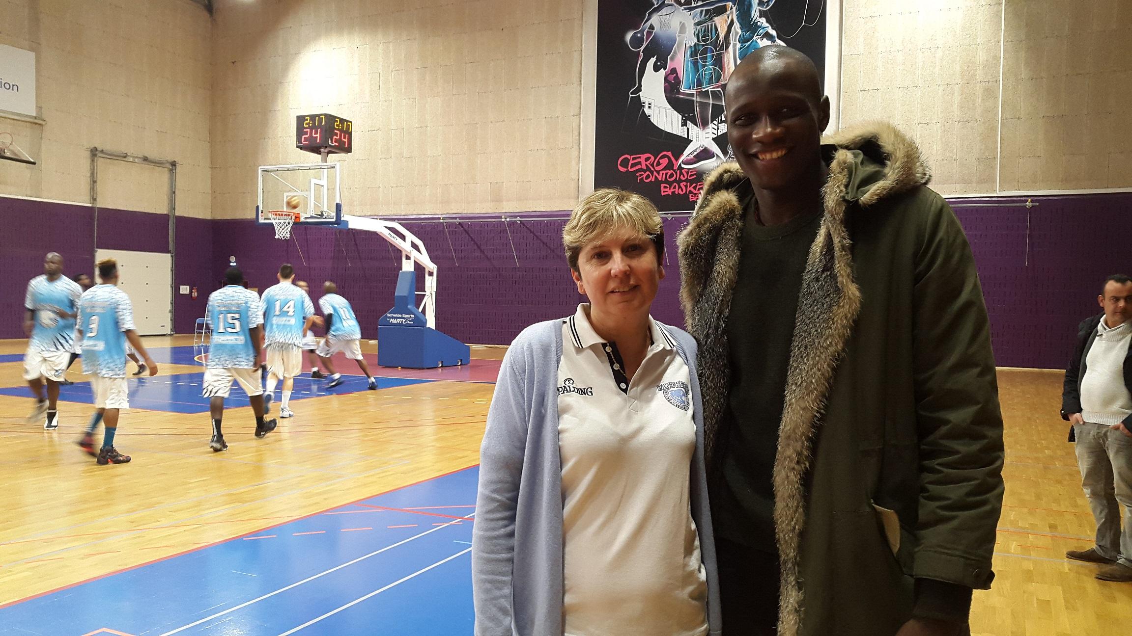 Mme DUMIN M. SY sur fond de basket2